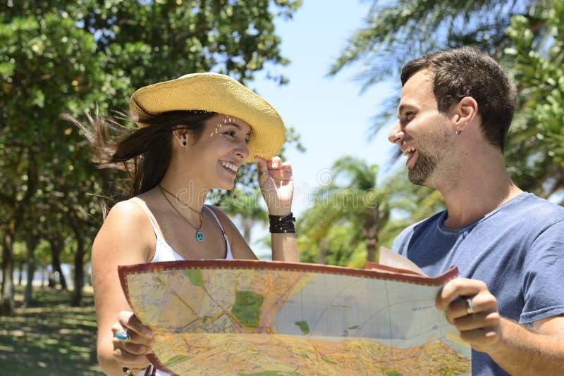 Ευτυχές ζεύγος τουριστών με το χάρτη στοκ φωτογραφία με δικαίωμα ελεύθερης χρήσης