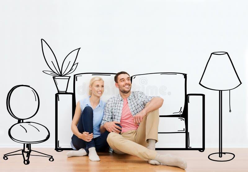 Ευτυχές ζεύγος του άνδρα και της γυναίκας που κινούνται προς το νέο σπίτι στοκ εικόνες με δικαίωμα ελεύθερης χρήσης