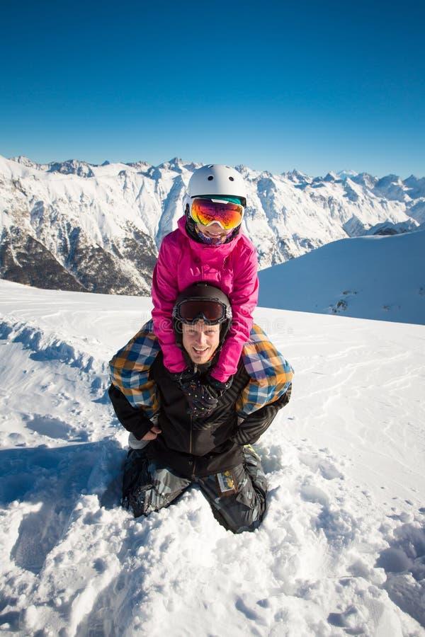 Ευτυχές ζεύγος των snowboarders στα αλπικά βουνά στοκ εικόνα με δικαίωμα ελεύθερης χρήσης