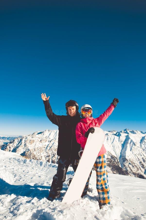 Ευτυχές ζεύγος των snowboarders στα αλπικά βουνά στοκ φωτογραφία με δικαίωμα ελεύθερης χρήσης