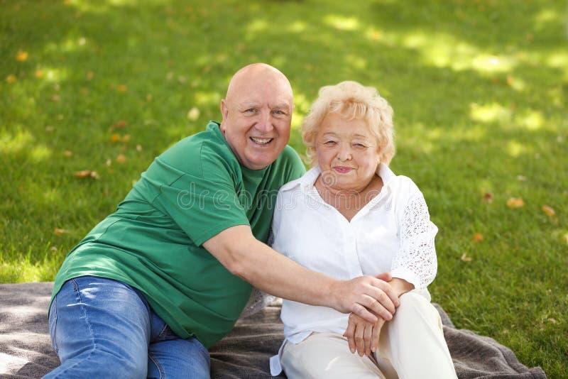 Ευτυχές ηλικιωμένο ζεύγος στο πάρκο στοκ φωτογραφίες με δικαίωμα ελεύθερης χρήσης