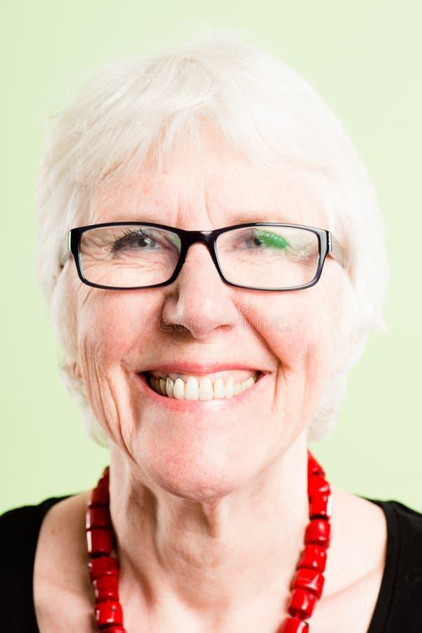 Ευτυχές γυναικών πορτρέτου πραγματικό πράσινο backgroun καθορισμού ανθρώπων υψηλό στοκ φωτογραφία με δικαίωμα ελεύθερης χρήσης