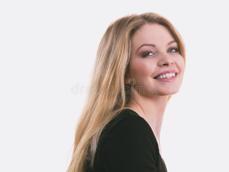 Ευτυχές θετικό που χαμογελά την ξανθή γυναίκα στοκ φωτογραφίες