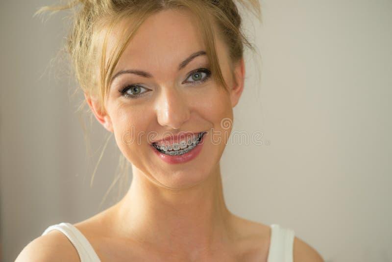 Ευτυχές θετικό που χαμογελά την ξανθή γυναίκα στοκ φωτογραφία με δικαίωμα ελεύθερης χρήσης