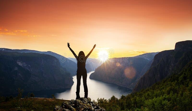 Ευτυχές θηλυκό σε ένα φιορδ στοκ φωτογραφία με δικαίωμα ελεύθερης χρήσης