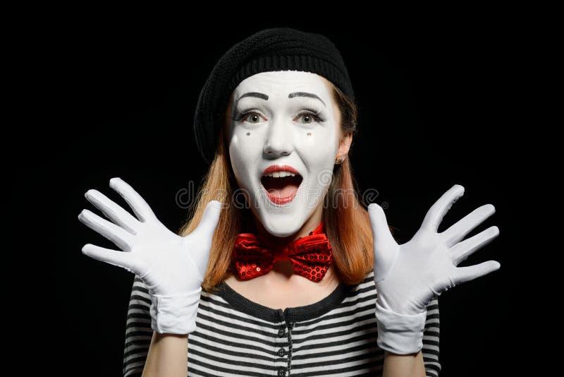 Ευτυχές θηλυκό mime στο Μαύρο στοκ φωτογραφία με δικαίωμα ελεύθερης χρήσης