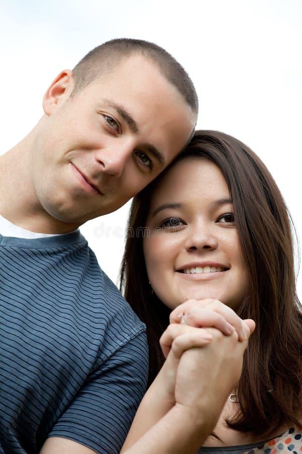 Ευτυχές διαφυλετικό παντρεμένο ζευγάρι στοκ φωτογραφίες με δικαίωμα ελεύθερης χρήσης