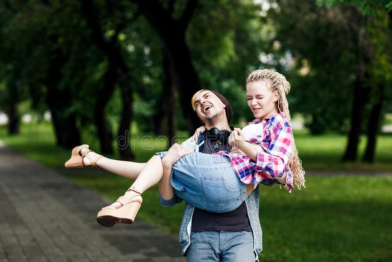 Ευτυχές και αστείο ζεύγος στο πάρκο στοκ φωτογραφίες με δικαίωμα ελεύθερης χρήσης