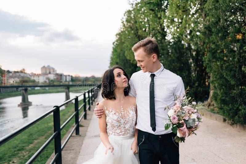 Ευτυχές και ευτυχές ζεύγος ερωτευμένο Ανάχωμα από τον ποταμό στοκ φωτογραφία με δικαίωμα ελεύθερης χρήσης