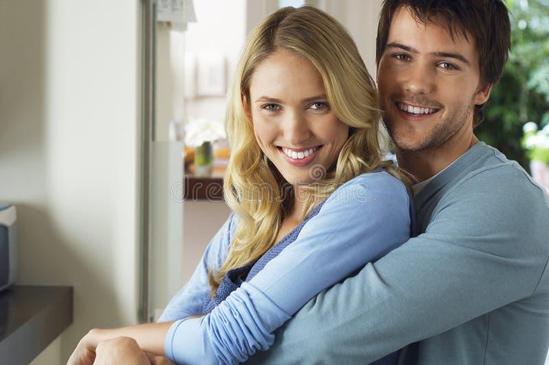 Ευτυχές και ρομαντικό νέο ζεύγος στοκ εικόνες