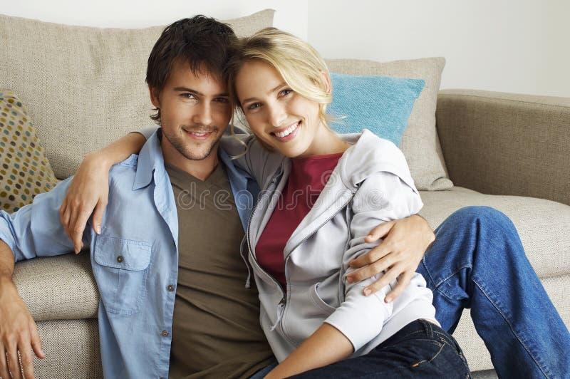 Ευτυχές και ρομαντικό νέο ζεύγος στοκ εικόνες με δικαίωμα ελεύθερης χρήσης