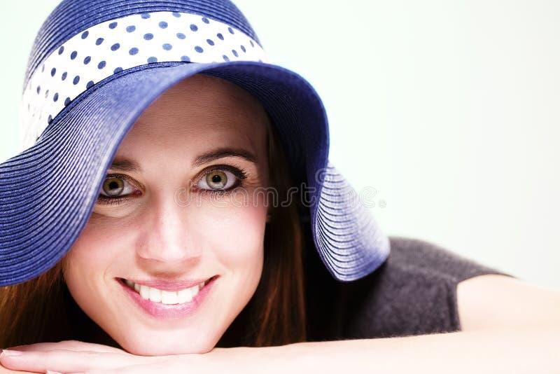 ευτυχές καλοκαίρι καπέλων που φορά τη γυναίκα στοκ φωτογραφία