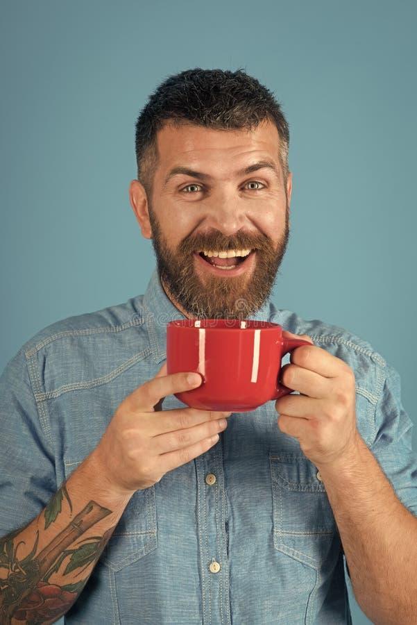 Ευτυχές καφές ή τσάι πρωινού ποτών ατόμων φωτογραφική μηχανή που φαίνεται άτομο στοκ εικόνα