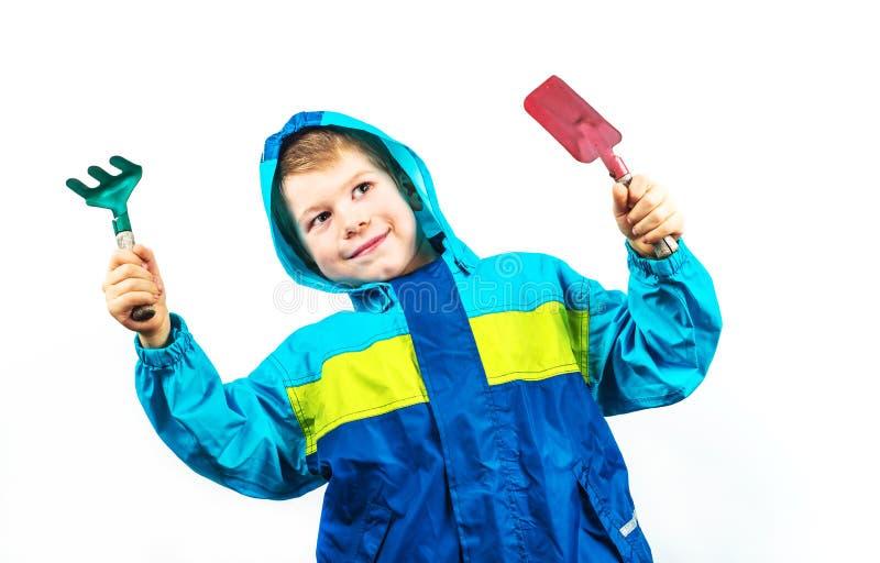 Ευτυχές καλλιεργώντας αγόρι άνοιξη στοκ εικόνες