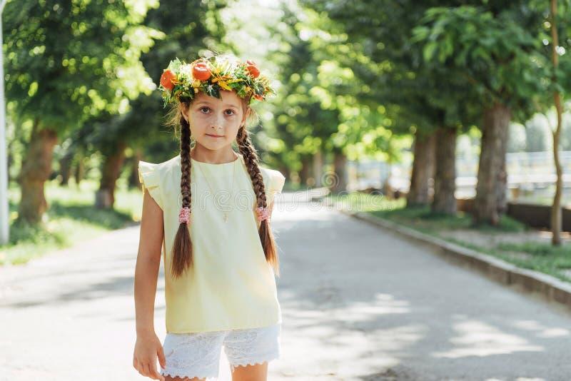 Ευτυχές καλοκαίρι μωρών όμορφο στεφάνι κοριτσιών &lambda στοκ φωτογραφία