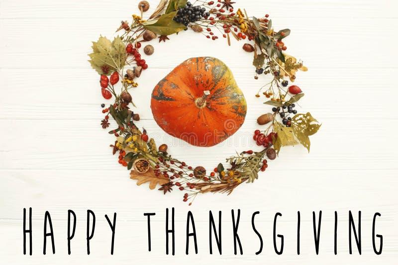 Ευτυχές κείμενο ημέρας των ευχαριστιών στην κολοκύθα στο όμορφο wrea φύλλων πτώσης διανυσματική απεικόνιση