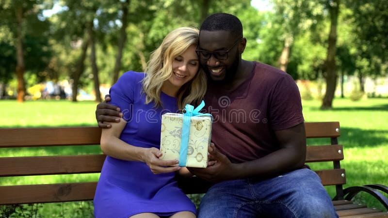 Ευτυχές κιβώτιο δώρων εκμετάλλευσης ανδρών και γυναικών, παρόν από τα αγαπημένα, γενέθλια εορτασμού στοκ εικόνα
