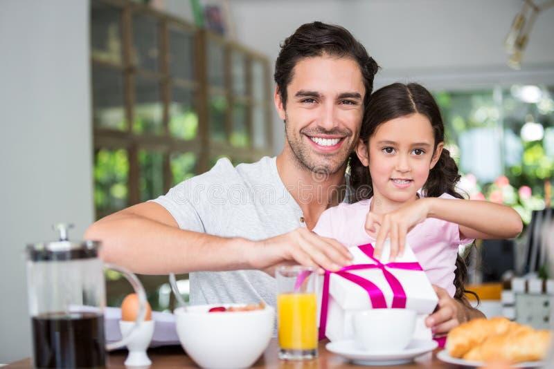 Ευτυχές κιβώτιο δώρων ανοίγματος πατέρων και κορών στοκ φωτογραφίες με δικαίωμα ελεύθερης χρήσης