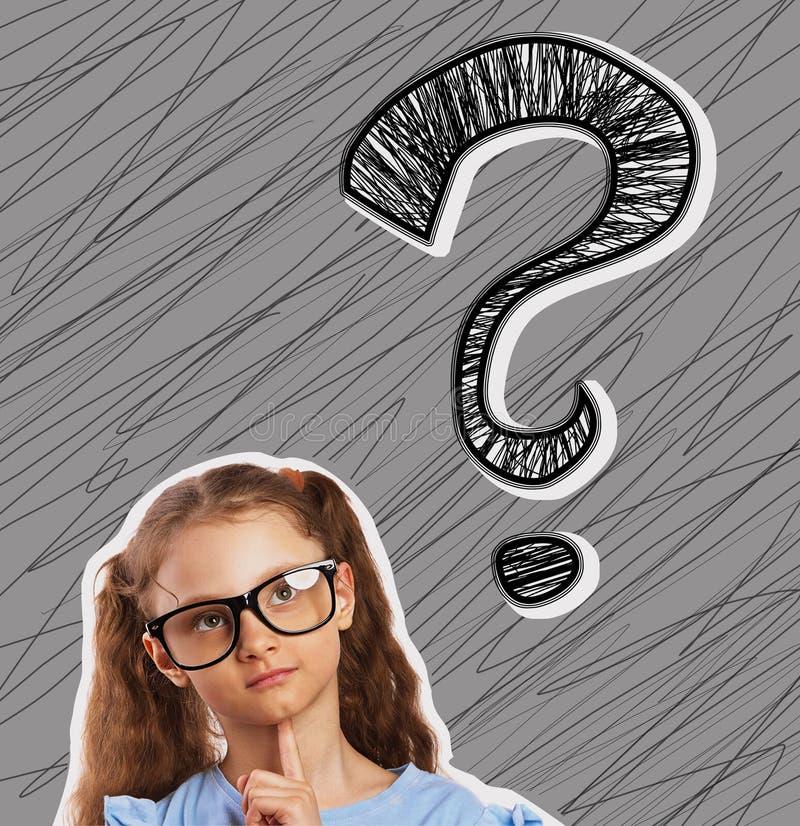 Ευτυχές κορίτσι διασκέδασης eyeglasses που ανατρέχει σε ένα μεγάλο σημάδι ερώτησης στοκ εικόνα