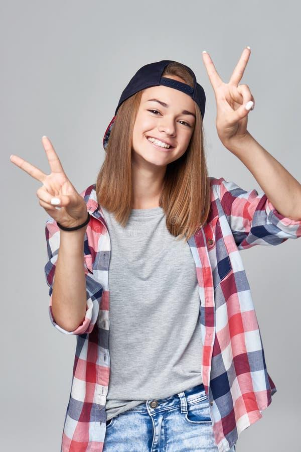 Ευτυχές κορίτσι εφήβων που το σημάδι Β στοκ φωτογραφίες με δικαίωμα ελεύθερης χρήσης