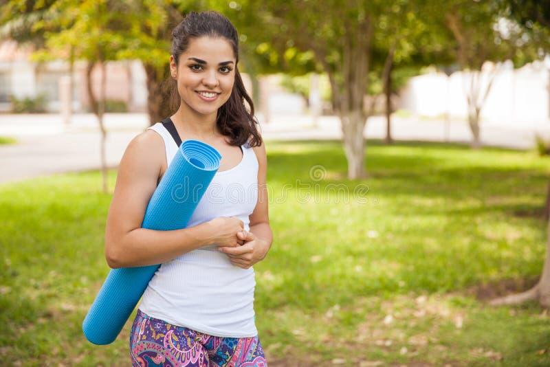 Ευτυχές κορίτσι με ένα χαλί γιόγκας στοκ φωτογραφίες με δικαίωμα ελεύθερης χρήσης