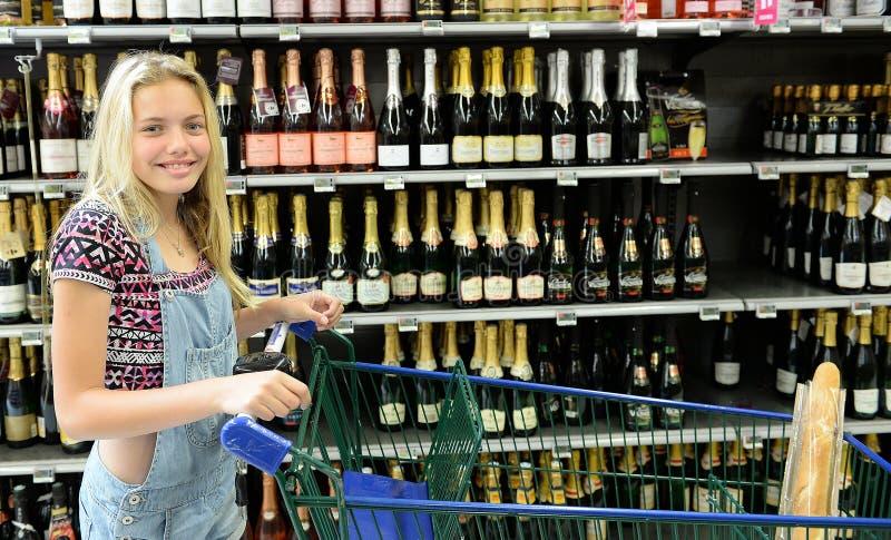 Ευτυχές κορίτσι με το καροτσάκι αγορών στοκ εικόνες με δικαίωμα ελεύθερης χρήσης
