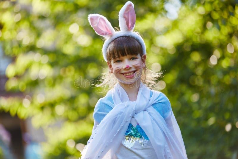 Ευτυχές κορίτσι με το κοστούμι κουνελιών στοκ φωτογραφία με δικαίωμα ελεύθερης χρήσης