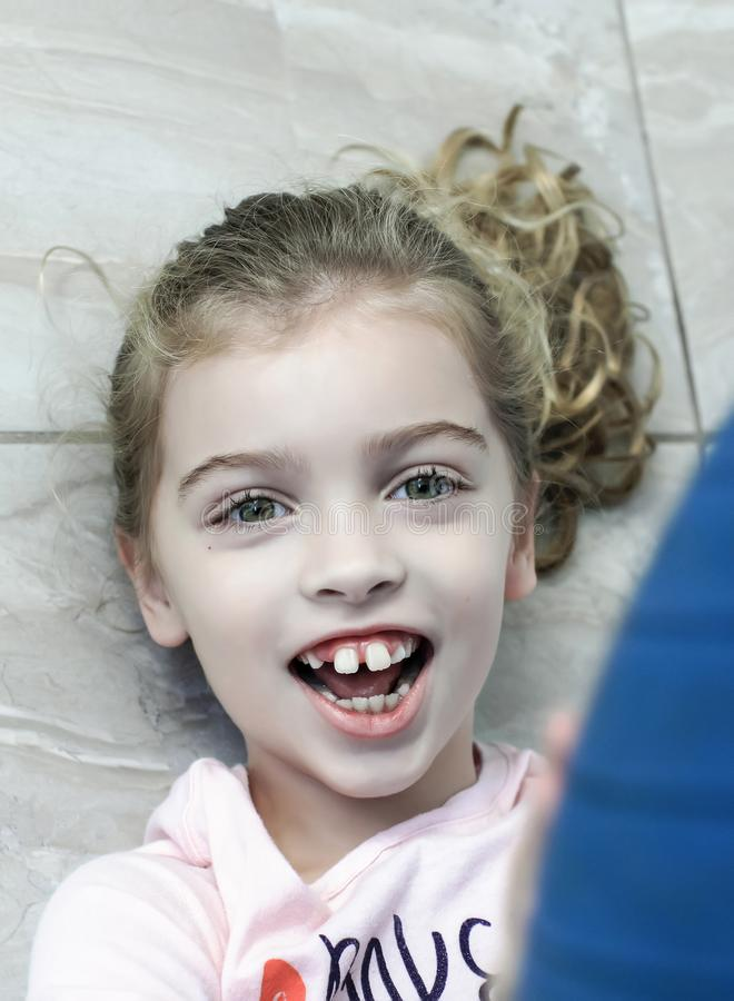 Ευτυχές κορίτσι με το παιχνίδι αυτισμού στο πάτωμα στοκ εικόνες