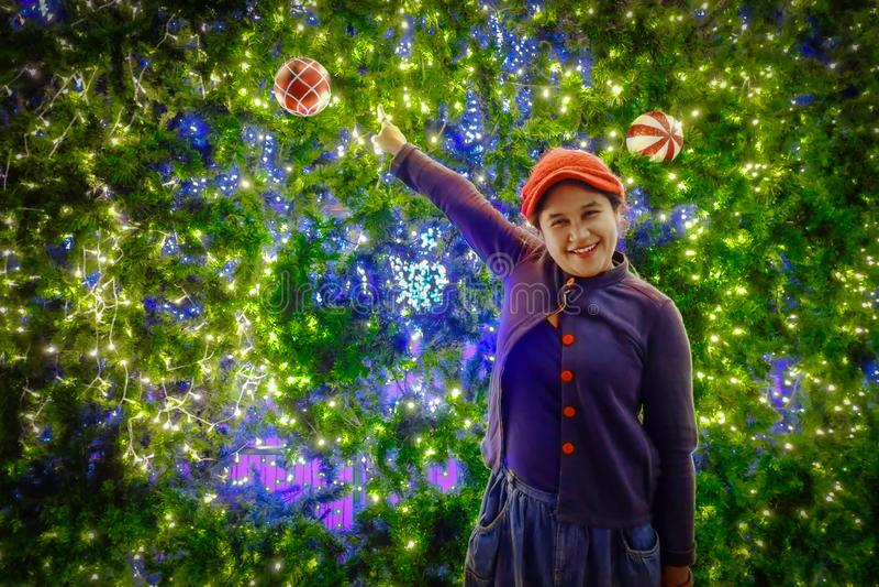 Ευτυχές κορίτσι με το χριστουγεννιάτικο δέντρο στοκ φωτογραφία με δικαίωμα ελεύθερης χρήσης
