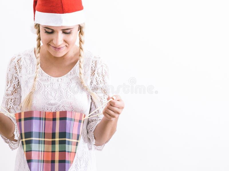 Ευτυχές κορίτσι με το χριστουγεννιάτικο δώρο της στοκ φωτογραφία με δικαίωμα ελεύθερης χρήσης