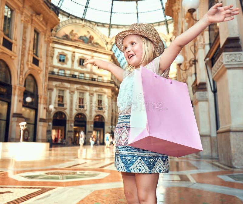 Ευτυχές κορίτσι μόδας με τη ρόδινη τσάντα αγορών να χαρεί Galleria στοκ φωτογραφίες με δικαίωμα ελεύθερης χρήσης