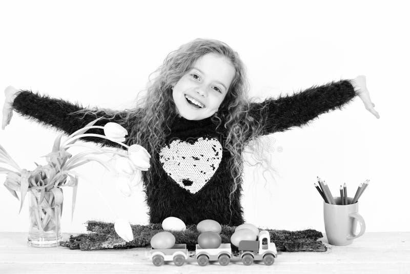 Ευτυχές κορίτσι Πάσχας με τα ζωηρόχρωμα αυγά στο φορτηγό, μολύβια, τουλίπες στοκ φωτογραφίες με δικαίωμα ελεύθερης χρήσης