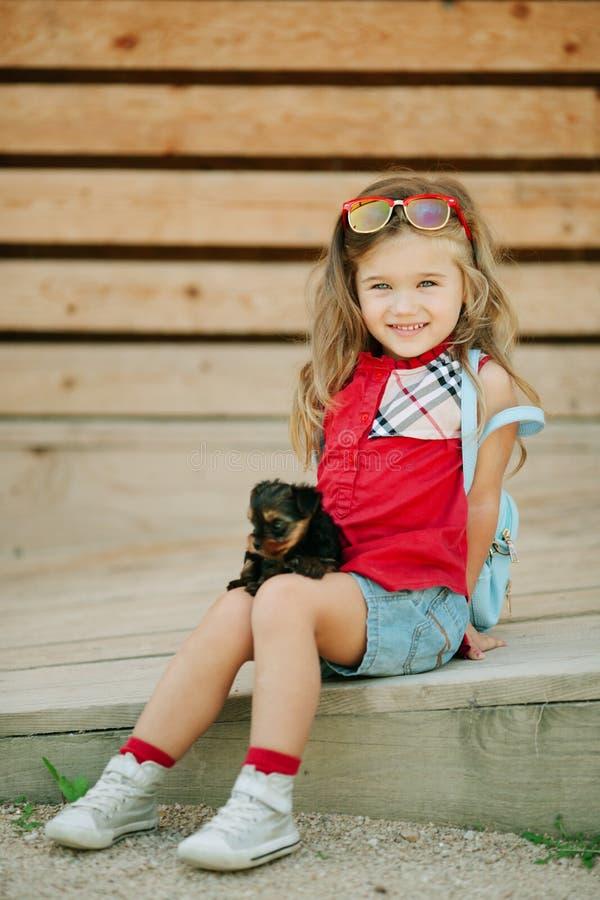 Ευτυχές κορίτσι παιδιών με τα κουτάβια του τεριέ του Γιορκσάιρ υπαίθρια στοκ εικόνες με δικαίωμα ελεύθερης χρήσης