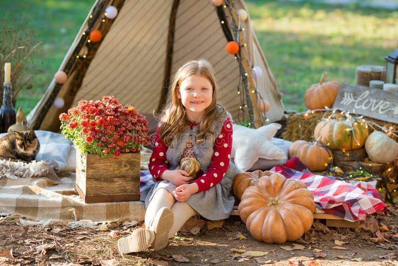 Ευτυχές κορίτσι παιδιών με την κολοκύθα υπαίθρια στο πάρκο αποκριών στοκ φωτογραφίες με δικαίωμα ελεύθερης χρήσης