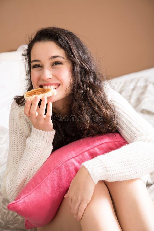 Ευτυχές κορίτσι που έχει το πρόγευμα στο κρεβάτι στοκ φωτογραφία με δικαίωμα ελεύθερης χρήσης
