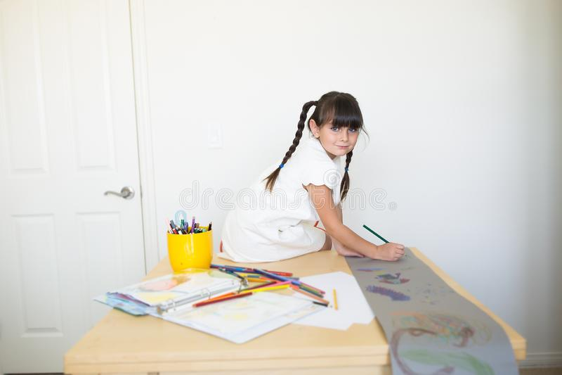Ευτυχές κορίτσι που κάνει την εργασία τέχνης στοκ εικόνες με δικαίωμα ελεύθερης χρήσης