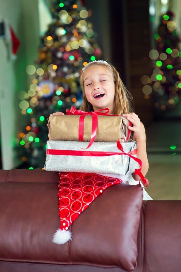 Ευτυχές κορίτσι που περιμένει το αιφνιδιαστικά νέο έτος και Christlas στοκ εικόνες