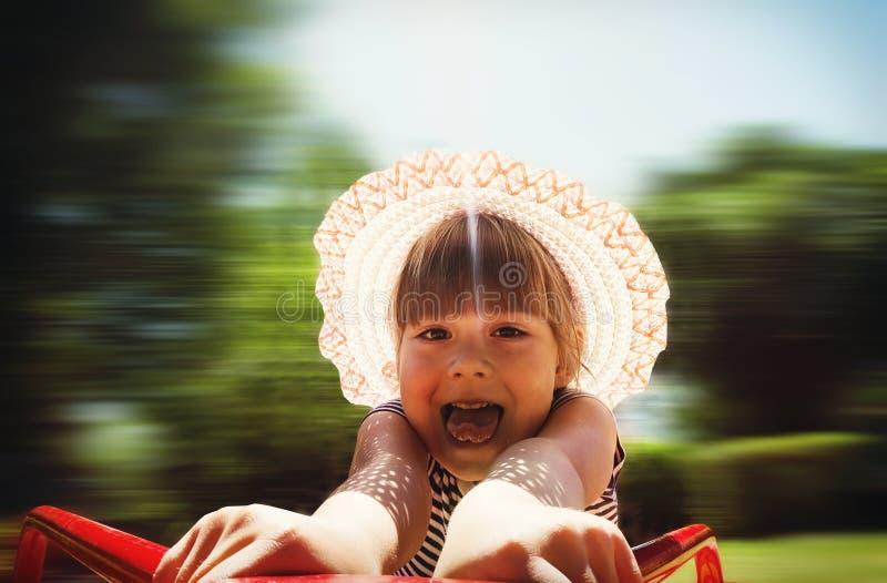 Ευτυχές κορίτσι σε ένα ιπποδρόμιο στοκ φωτογραφία