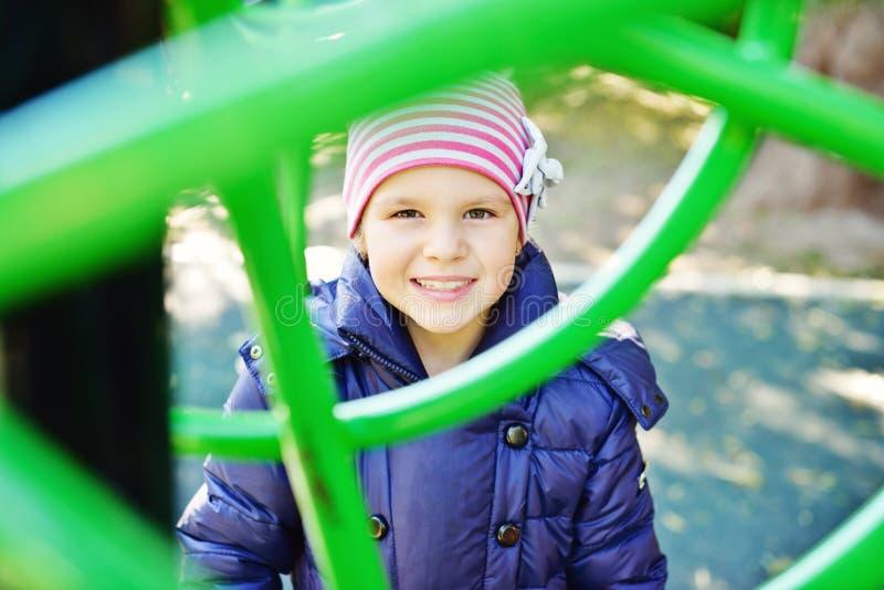 Ευτυχές κορίτσι στην παιδική χαρά στοκ φωτογραφίες