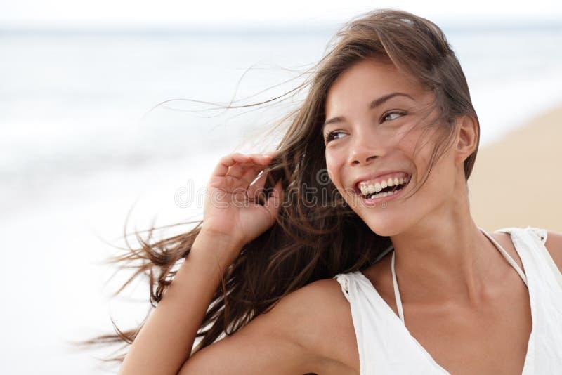 Ευτυχές κορίτσι στην παραλία - ειλικρινής νέα γυναίκα χαρούμενη στοκ εικόνα