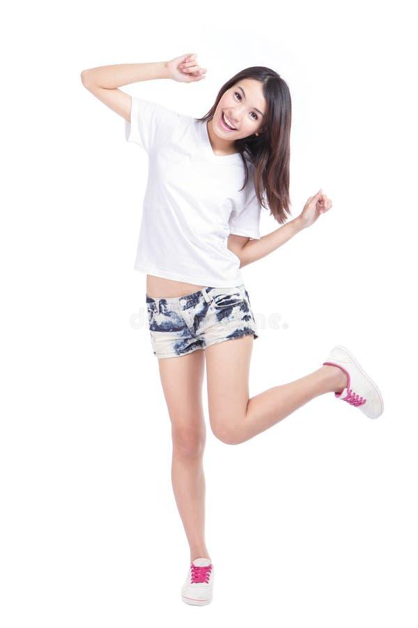 Ευτυχές κορίτσι στο πλήρες μήκος με την άσπρη μπλούζα στοκ φωτογραφία