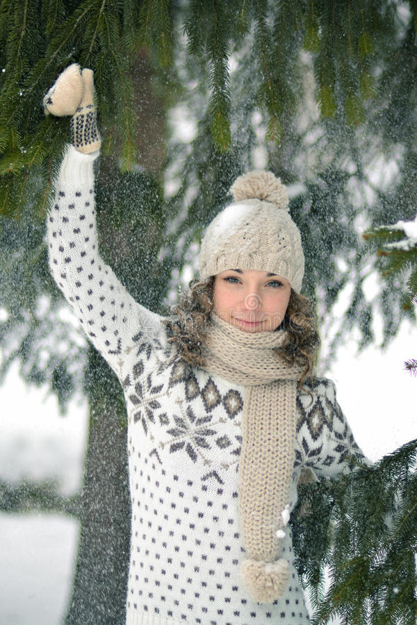 Ευτυχές κορίτσι στο χειμερινό δασικό παιχνίδι στοκ φωτογραφία με δικαίωμα ελεύθερης χρήσης