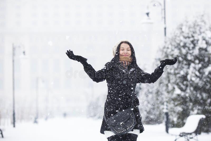 Ευτυχές κορίτσι στο χιονώδη καιρό στοκ φωτογραφία