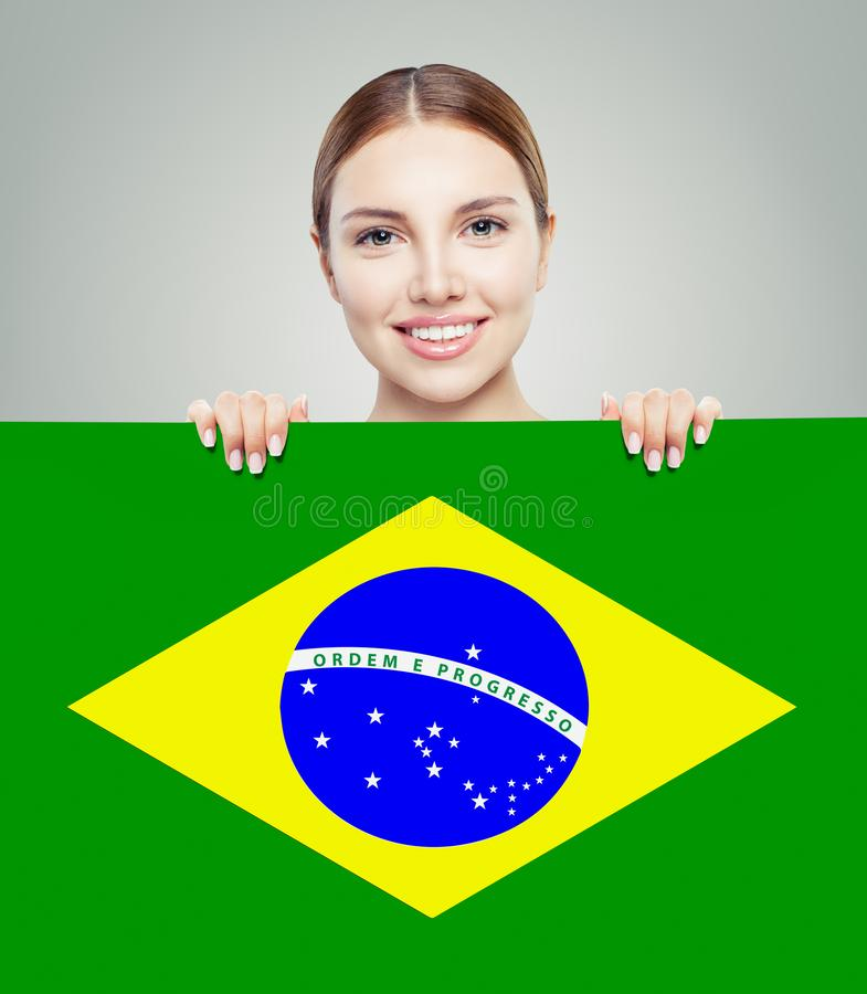 Ευτυχές κορίτσι brunette με το υπόβαθρο σημαιών της Βραζιλίας στοκ φωτογραφίες με δικαίωμα ελεύθερης χρήσης
