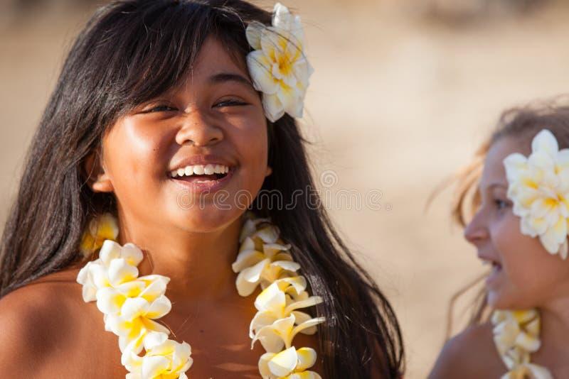 Ευτυχές κορίτσι Hula στην παραλία στοκ εικόνες