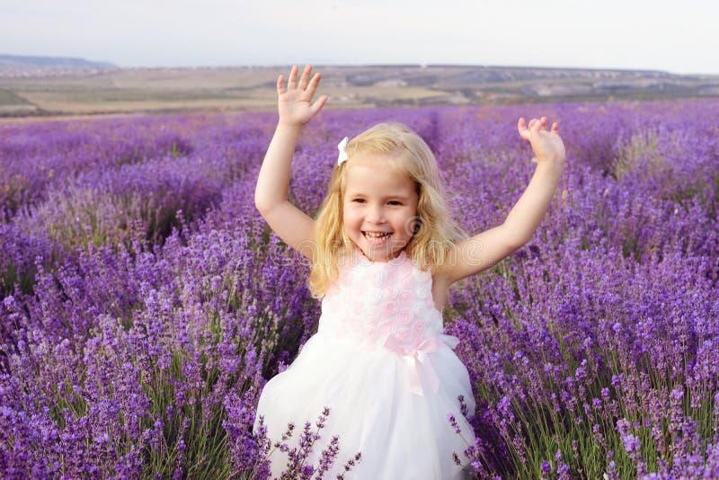 Ευτυχές κορίτσι lavender στον τομέα στοκ φωτογραφίες