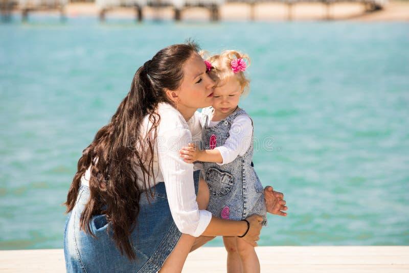 Ευτυχές κορίτσι mom και παιδιών που αγκαλιάζει στη φύση Όμορφη μητέρα και το μωρό της υπαίθριες στοκ εικόνες με δικαίωμα ελεύθερης χρήσης