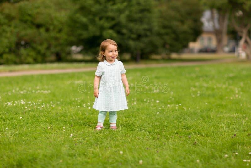 Ευτυχές κοριτσάκι στο θερινό πάρκο στοκ φωτογραφία