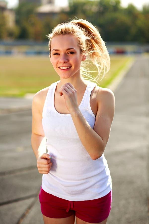 Ευτυχές κοριτσιών στον υγιή τρόπο ζωής αθλητικών σταδίων υπαίθρια στοκ φωτογραφίες με δικαίωμα ελεύθερης χρήσης