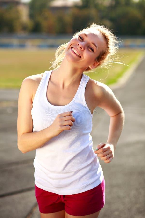 Ευτυχές κοριτσιών στον υγιή τρόπο ζωής αθλητικών σταδίων υπαίθρια στοκ εικόνες